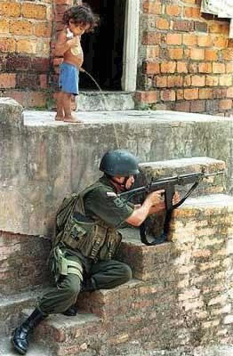 Bambino_che_piscia_sopra_un_soldato_nato